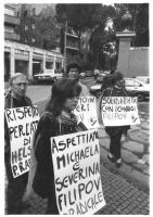 """""""manifestazione radicale davanti all'ambasciata della Bulgaria per i conigi Filipov. Stango ed altri militanti con cartelloni: """"""""la Bulgaria rispetti"""