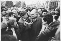 Enzo Tortora si consegna in Svizzera alla giustizia italiana dopo la condanna in primo grado ad 11 anni. Tortora intervistato tra la folla. (BN) impor