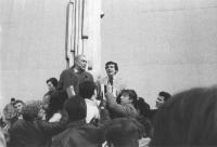 Enzo Tortora si consegna in Svizzera alla giustizia italiana dopo la condanna in primo grado ad 11 anni. Tortora con Giovanni Negri parla alla folla.