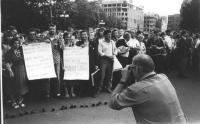Nell'anniversario del patto Molotov-Ribentropp Nicolaj Khramov e altri militanti radicali manifestano a Riga (Lituania) in URSS con dei cartelli al co
