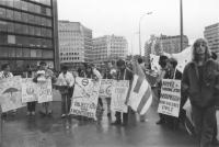 """""""Manifestazione radicale durante l'arresto di Olivier Dupuis per diserzione durante una manifestazione. (BN) Militanti con cartelli al collo: """"""""Europe"""