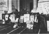 """""""manifestazione radicale di fronte al tribunale dove viene processato Olivier Dupuis per disersione. Militanti con cartelli al collo: """"""""militare? No,"""