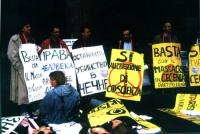 """Militanti con cartelli al collo: """"basta con il massacro in Cecenia"""""""" ed altri in russo, manifestano contro l'invasione russa della Cecenia."""