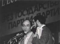 primo piano stretto del dissidente sovietico Leonid Plioutsch mentre interviene al 34° congresso PR (BN)