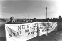 """Manifestazione alla frontiera tra Italia e Jugoslavia. Militanti reggono lo striscione: """"No alle frontiere! Stati Uniti d'Europa subito / Partito Radi"""