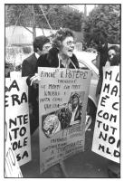 """""""manifestazione abortista. Una donna tiene al collo il cartellone: """"Finchè il potere drogherà le menti con merce ignobile e vuota come questa [foto di"""