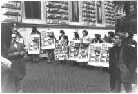 """""""manifestazione radicale. Militanti col cartello al collo con manifesto dell'ammiraglio Henke: """"""""obietta! Non più un uomo, non più un soldo per l'eser"""