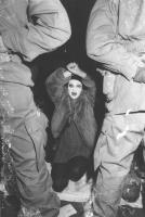 manifestazione pacifista, Donna in ginocchio con volto dipinto, davanti a lei due celerini (BN)