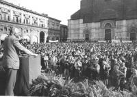 Comizio di Pannella a Bologna per le elezioni europee. Vista di Pannella di 3/4 e della grande folla di spettatori a piazza Maggiore.  (BN) buona