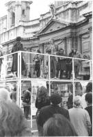 piazza Navona, Pannella su un palco sta per parlare durante una manifestazione antimilitarista. Si legge la parte superiore di un manifesto attaccato