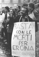 """""""Mimmo Pinto con cartello al collo: """"""""basta con le morti per eroina, PR""""""""  (BN)"""""""