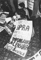 """""""manifestazione contro la RAI. Manifestanti in sit in con cartelli al collo: """"""""i padroni della Sipra controllano i giornali e impongono la censura. PR"""