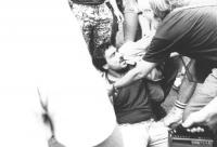 Praga, piazza San Venceslao. Carlo Romeo mentre sta per essere picchiato durante una manifestazione nell'anniversario della repressione della primaver