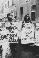 """""""manifestanti (tra cui Jean Fabre e Valeria Ferro) con cartelli al collo: """"""""prima Montalto, poi il Molise, ora basta PR"""""""", """"""""il Molise ha detto no, ma"""