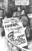 """""""manifestazione sotto """"""""Il Messaggero"""""""". Donna con cartello: """"""""1974 (referendum sul divorzio) Fanfani: 'il Messaggero pagherà'. 1980, Isman (giornalis"""