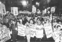 """""""fiaccolata per il riconoscimento di Solidarnosc e contro Jaruzelskj. Folla di militanti in marcia con al collo cartelli: """"""""non una lira al regime pol"""