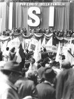 """""""comizio in piazza del Popolo per il Si al refrendum sul Divorzio. Enorme banner con su scritto: """"""""per l'unità della famiglia SI"""""""", palco e folla. (BN"""