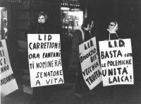 """""""manifestazione nottuna. Militanti con cartelli al collo: """"""""LID Carrettoni, ora Fanfani ti nominerà senatore a vita"""""""", """"""""LID 'divorzio bis' vecchia tr"""