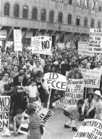 """Comizio contro i metodi illegali usati dalla Chiesa per la raccolta di firme per il referendum sul divorzio. """"folla  con cartelli: """"""""LID referendum, l"""
