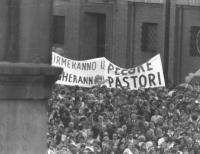 """S.Pietro. """"manifestazione contro il referendum sul divorzio. Folla, striscione: """"""""firmeranno le pecore, pagheranno i pastori"""""""" (BN)"""". [i provini di qu"""