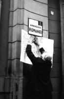 Pannella attacca un cartello davanti all'ambasciata di Romania a Praga. Manifestazione di protesta contro la repressione degli studenti rumeni operata
