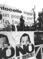"""Piazza dei Gerani. Quartiere Centocelle comizio contro il divorzio di Padre Mariano. Banner: """"""""Centocelle oggi, un popolo per la famiglia"""""""", poster: """""""