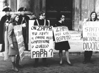 """""""manifestazione divorzista sotto Montecitorio. Manifestante con cartello: """"""""on.Zappa, tu senti il parere della commissione o quello del Papa?"""""""" (BN)"""""""