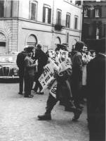 manifestazione divorzista sotto Montecitorio. La polizia porta via tutti i cartelli divorzisti dei manifestanti, la manifestazione è stata soffocata.