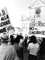 """""""comizio per il No al divorzio. Banner del palco: """"""""no al referendum clericale contro il divorzio LID"""""""", cartelli: """"""""LID, no alla soluzione AndreJotti"""
