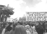 """""""manifestazione divorzista davanti a S.Pietro. Striscione: """"""""LID, Vescovi, giù le mani dal divorzio"""""""" (BN)"""""""