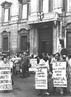 """""""manifestazione divorzista a piazza del Gesù. Militanti con cartelli al collo: """"""""in 25 anni di malgoverno la DC ha rubato ai cittadini per corrompere"""