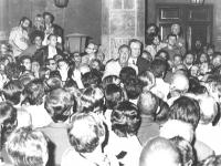Corsia Agonale, davanti al Senato. Loris Fortuna (PSI) e Antonio Baslini (PLI) parlano in un comizio improvvisato davanti ad una marea di folla subito