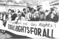 """Stanzani, Loquenzi e Teodori reggono uno striscione: """"Fight for lesbian and gay rights! Equal rights for all"""", durante la manifestazione internazional"""