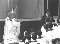 Papa Paolo VI benedice i fedeli. (BN)
