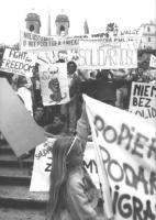 """manifestazione sulla scalinata di piazza di Spagna, contro la visita di Jaruzelskj in Italia e di solidarietà a Solidarnosc. Polonia. Cartelli: """"Fight"""