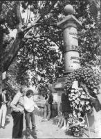 Manifestazione a ponte Garibaldi nell'anniversario dell'uccisione di Giorgiana Masi. Emma Bonino e Laura Arconti davanti alla lapide con i fiori  (BN)