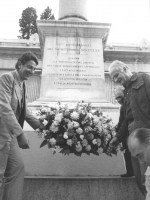 Mellini e Teodori depongono una corona di fiori a Porta Pia, (BN)