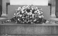 corona di fiori deposta a Porta Pia con su scritto: 20.9.1982, partito radicale (BN)