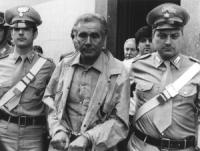 Arresto di Enzo Tortora con l'accusa di spaccio di droga e associazione a delinquere di stampo camorristico. Tortora portato via dall'albergo con le m