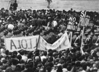 """""""folla di manifestanti abortisti con cartelli: """"""""No agli aborti"""""""", """"""""Si alla pillola"""""""" (BN)"""" 1603 bis: stessa manifestazione. Si legge anche il cartel"""