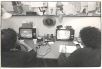 Centro d'Ascolto di Radio Radicale. Due televisori con il TG1 e TG2, schedatori, cronometri. (BN) ottima 1605 bis (a colori)