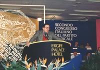 Cesare Salvi (resposabile giustizia del PCI) parla dalla tribuna del 2° congresso italiano del PR. Banner e logo partito.