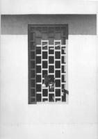 Enzo Tortora, agli arresti preventivi, saluta con una mano dalle sbarre di una finestra del carcere.  (BN) Ottima e famosa 2 copie