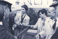 arresto di Olivier Dupuis per diserzione. Dupuis, Giovanni Negri, Enzo Tortora, incatenati uno all'altro con delle manette, i gendarmi tentano di tagl