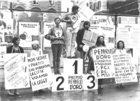 """""""manifesti elettorali abusivi. Radicali su un podio con su scritto: """"""""premio pennello d'Oro"""""""". I premiati: 1° Lorenzi, con enorme pennello di cartone"""