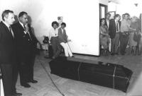 funerale di Gianni Lecce (partner di Luigi Cerina (consigliere antiproibizionista al comune di Roma)), morto di Aids. Cerina, Franco Carraro (sindaco