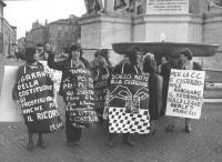 Manifestazione radicale davanti alla Corte Costituzionale di protesta perché la Consulta ha fatto fuori gran parte dei referendum su cui i radicali av