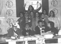 foto di gruppo di redattori (?) di radio radicale, in mezzo Valeria Ferro. Da notare: cartelli con il microfono nel pugno (al posto della rosa).   (BN