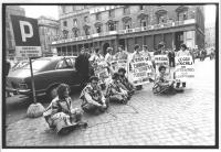 """""""sit in radicale davanti a Palazzo Chigi, nel corso della discussione al Governo delle norme sull'ordine pubblico. Prima sinistra: Valeria Ferro; ulti"""