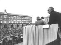Comizio di Pannella, con vista del pubblico numeroso. (BN)